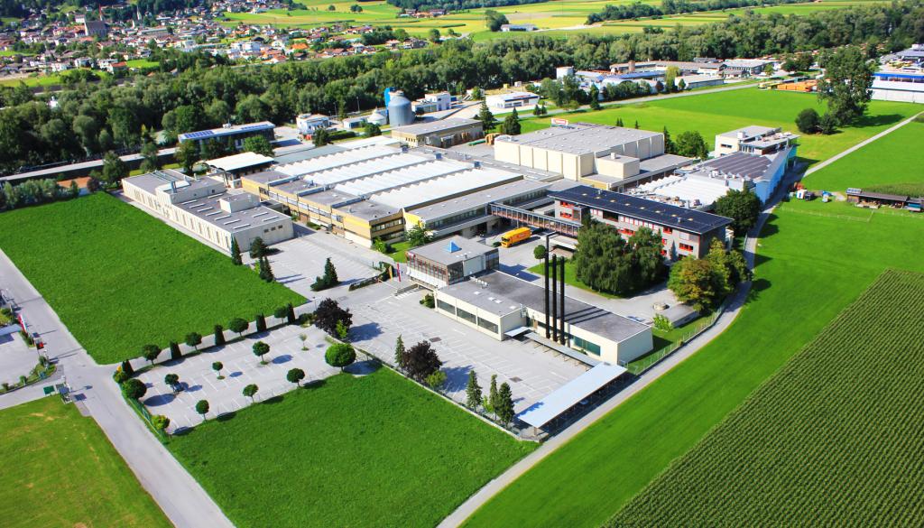 Die ADLER-Werk Lackfabrik in Schwaz bietet Uni-Absolventen ansprechende Karrierechancen. Foto: ADLER